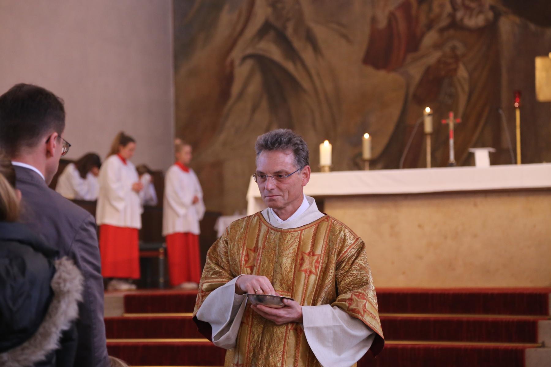 Kommunionausteilung Diakon Bernd Beigel