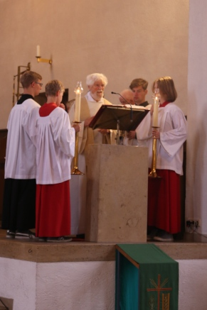Pfarrer-Fackler-predigt-am-Pfarrfest-friederike-eickelschulte